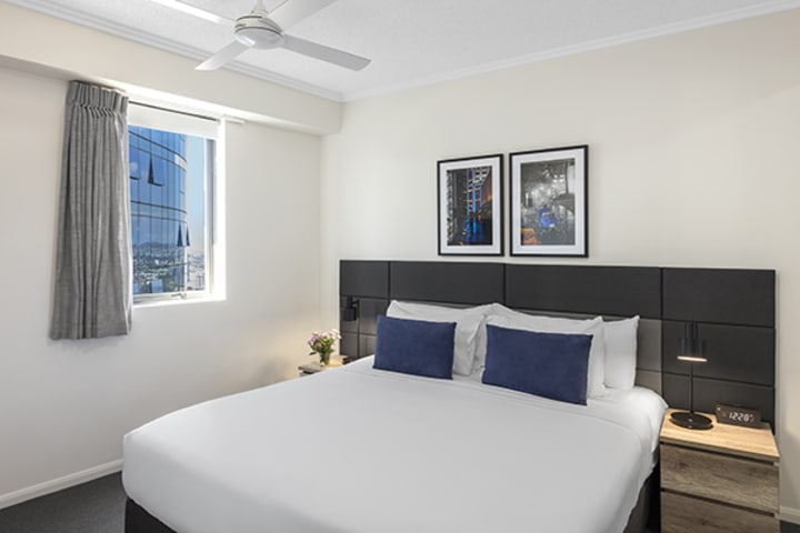 1 Bedroom executive apartment with king-sized bed at Oaks 212 Margaret brisbane hotel