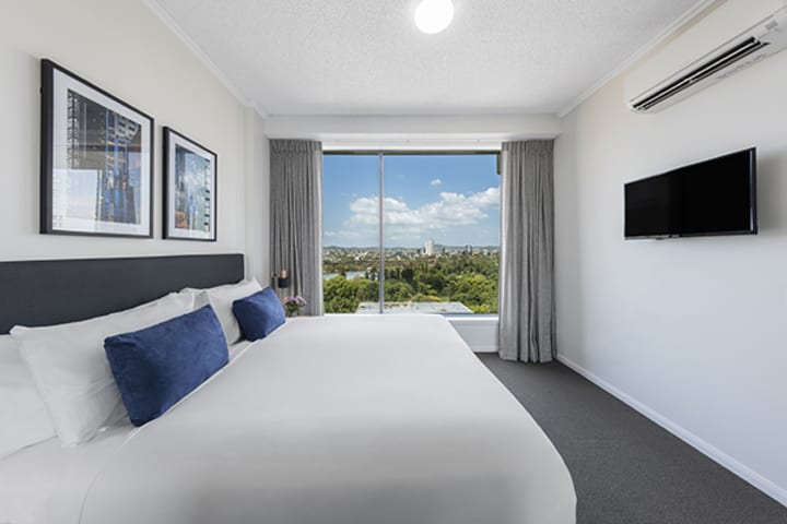 king-sized bedroom with nice brisbane city view at oaks 212 margaret 2 bedroom river view brisbane hotel