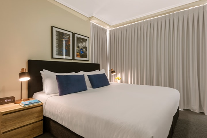 comfortable queen size bed in 2 bedroom apartment at Oaks Casino Towers hotel near Treasury Casino
