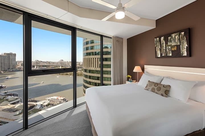 large bedroom at Oaks Felix river view hotel Brisbane with views of Story Bridge in Brisbane near Botanic Gardens