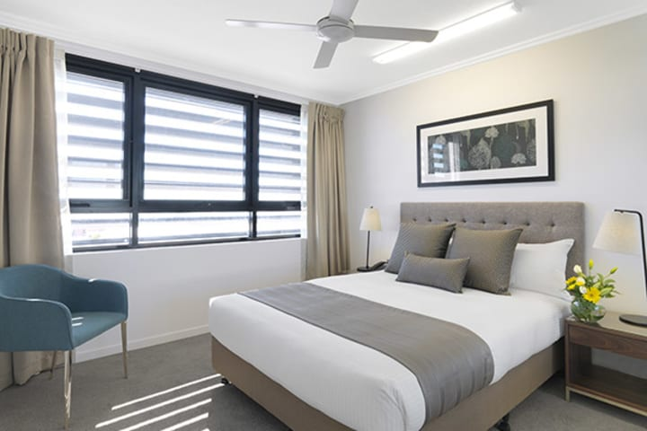Cheap hotels Mackay with comfortable, queen size bed in two bedroom apartment at Oaks Carlyle hotel near Mackay Botanic Gardens