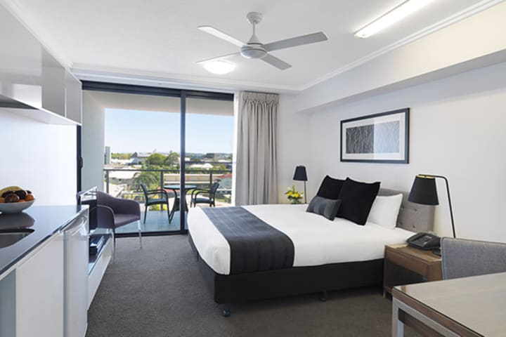 large 2 bedroom apartment queen size bed with air con and big balcony with views of Mackay town