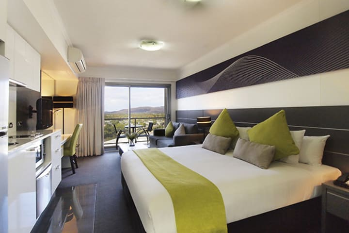 air conditioned hotels Townsville studio apartment with desk for corporate travellers to do work while visiting Townsville on business trips