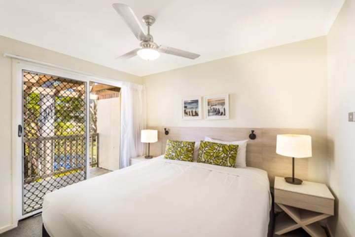 king size bed with fresh pillows and clean bed sheets and air conditioning and Wi-Fi in 3 bedroom villa at Oaks Oasis Resort hotel