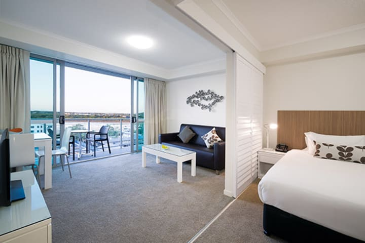 best hotels in Mackay QLD with Foxtel on TV and balcony outside with views of Pioneer River at Oaks Rivermarque