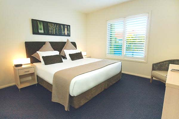 1 bedroom apartment accommodation with large bed at oaks pacific blue resort apartments port stephens