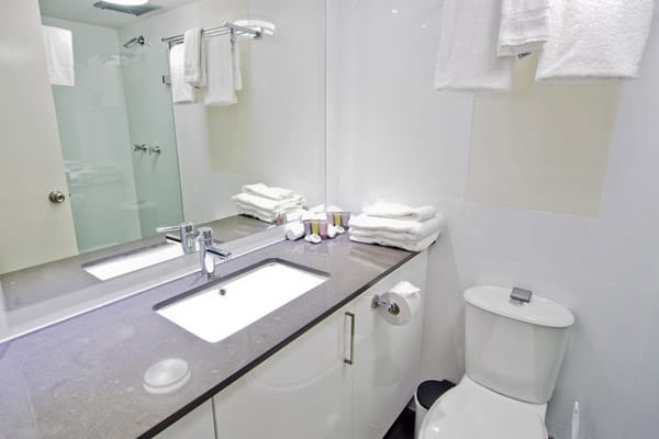 en suite bathroom in Oaks Hyde Park Plaza 2 bedroom hotel apartment in Sydney CBD