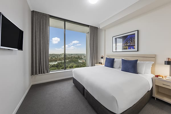 king-sized bedroom with nice brisbane city view at oaks 212 margaret 4 bedroom brisbane hotel
