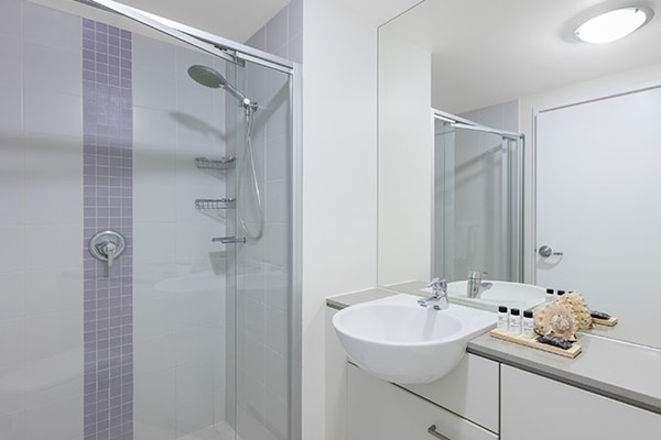 Oaks Casino Towers 2 bedroom Brisbane River view apartment with en suite bathroom, shower and storage cabinets