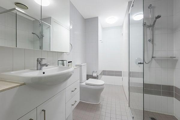 1 bedroom apartment en suite bathroom with shower and toilet at Oaks Felix hotel Brisbane city