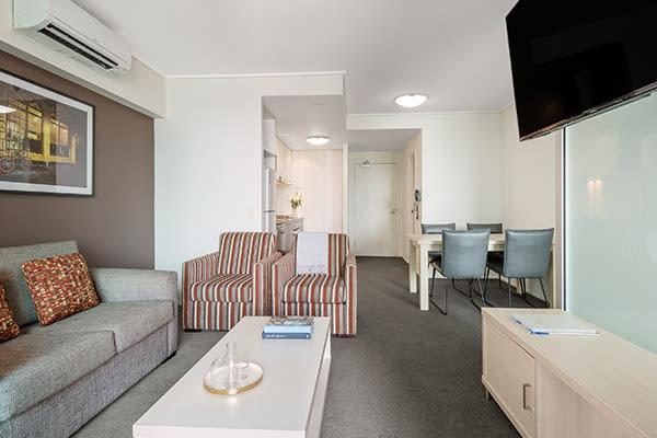 Oaks Brisbane Felix Suites 1 Bed Story Bridge View Living