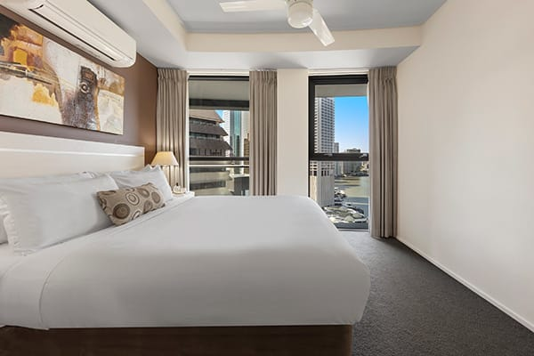 2 bedroom apartment with ceiling fan and comfortable bed at Oaks Felix hotel in Brisbane on Brisbane River