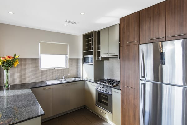cheap 3 bedroom apartment in Bowen Hills with large kitchen, big refrigerator, microwave, oven and stove top