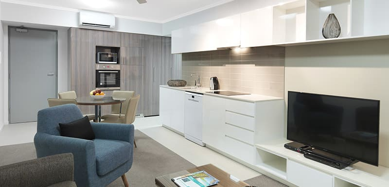 1 bedroom air conditioned apartment with TV and kitchenette near Botanic Gardens in Mackay at Oaks Carlyle hotel