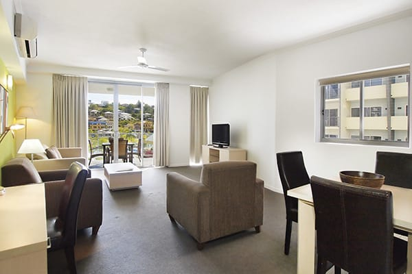 spacious living room with air con and Wi-Fi for corporate travellers at Gateway on Palmer hotel in South Townsville