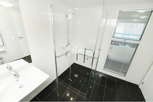 en suite bathroom in 1 bedroom apartment with shower near Gladstone marina