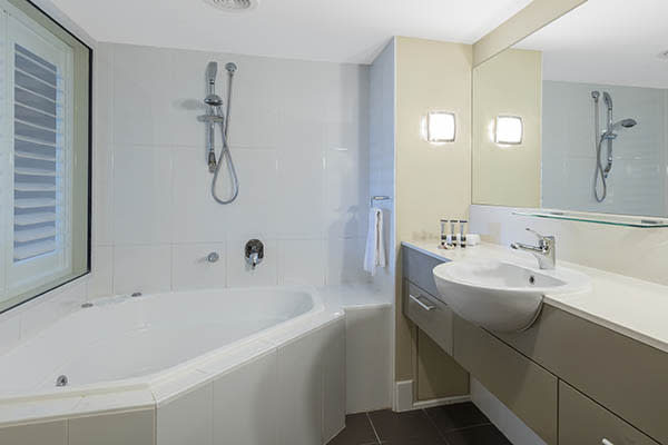 Oaks Resort Spa Hervey Bay 1 Bedroom Ocean View Main Bathroom