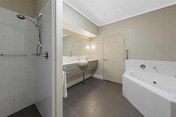 Oaks Resort Spa Hervey Bay 3 Bedroom Premier Ocean View Bathroom