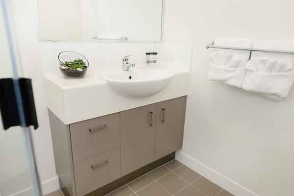 en suite bathroom with shower and mirror in 1 bedroom apartment at Oaks Middlemount hotel near golf club