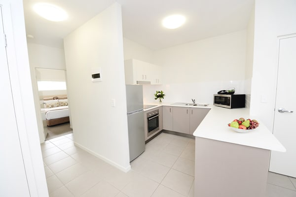 open plan hotel apartment with kitchen with fridge and microwave and Wi-Fi at Oaks Middlemount near airport