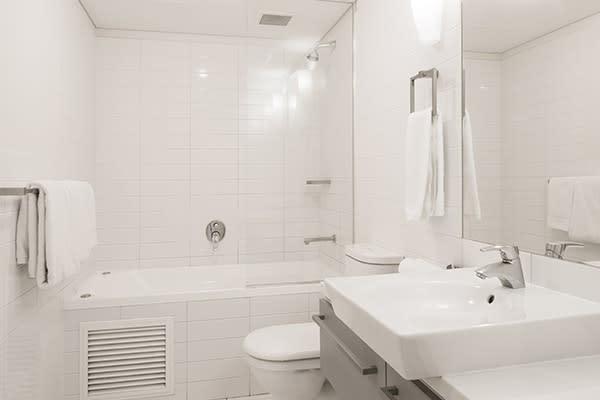large, clean en suite bathroom with fresh towels, shower, toilet, bathtub, mirror and basin