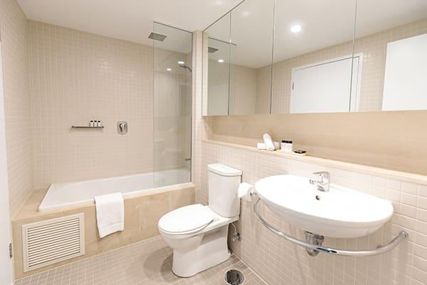 Oaks Glenelg Plaza Pier Suites 2 Bedroom Premier Park view Bathroom