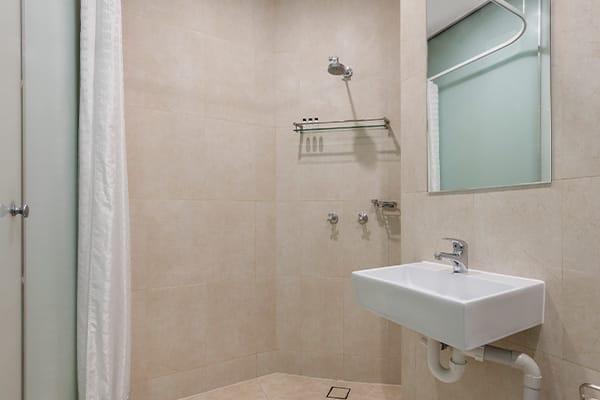 Oaks Melbourne on Collins Hotel Studio Executive Bathroom