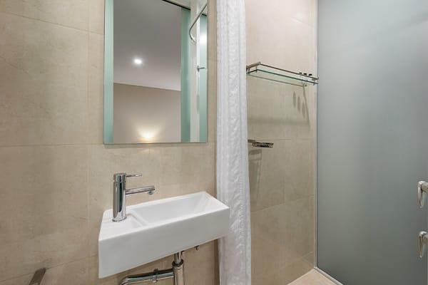 Oaks Melbourne on Collins Hotel Studio Bathroom