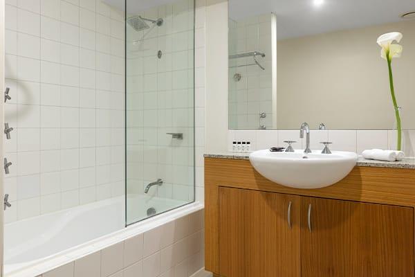 Oaks Melbourne on Market Hotel 1 Bedroom View Bathroom
