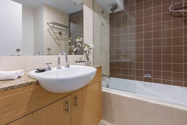 Oaks Melbourne on Market Hotel Studio Bathroom