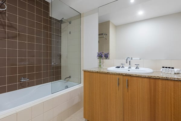 Oaks Melbourne on Market Hotel Studio View Bathroom