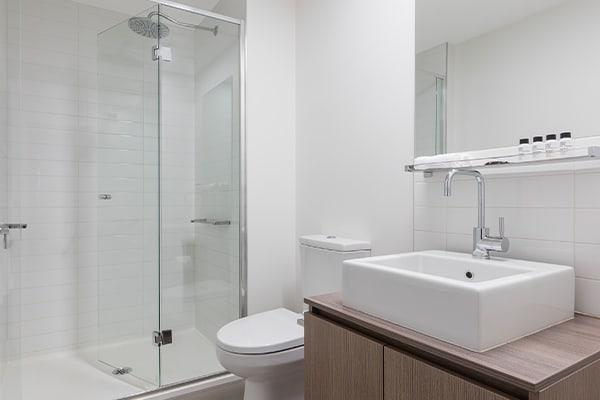 Oaks Melbourne on William Suites Studio Park Bathroom