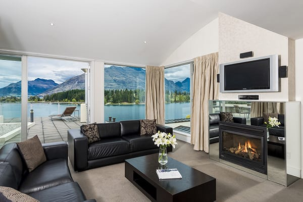 Oaks Club Resort hotel 4 Bedroom Holiday Apartment living room with fireplace, Sky TV, Wi-Fi and air conditioning heating in Queenstown, New Zealand