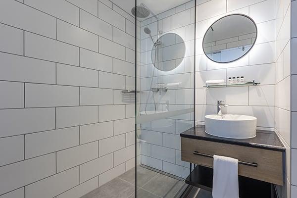 Oaks Wellington Hotel 2 Bedroom Bathroom